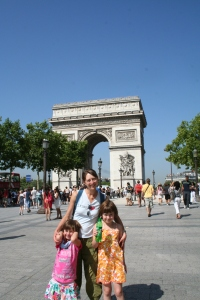 Mommy and girls in front of L'Arche de Triomphe