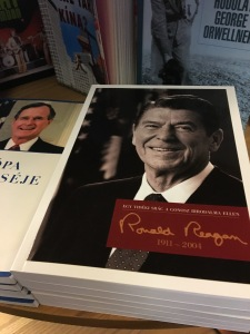 Wanna revere Reagan in Hungarian?